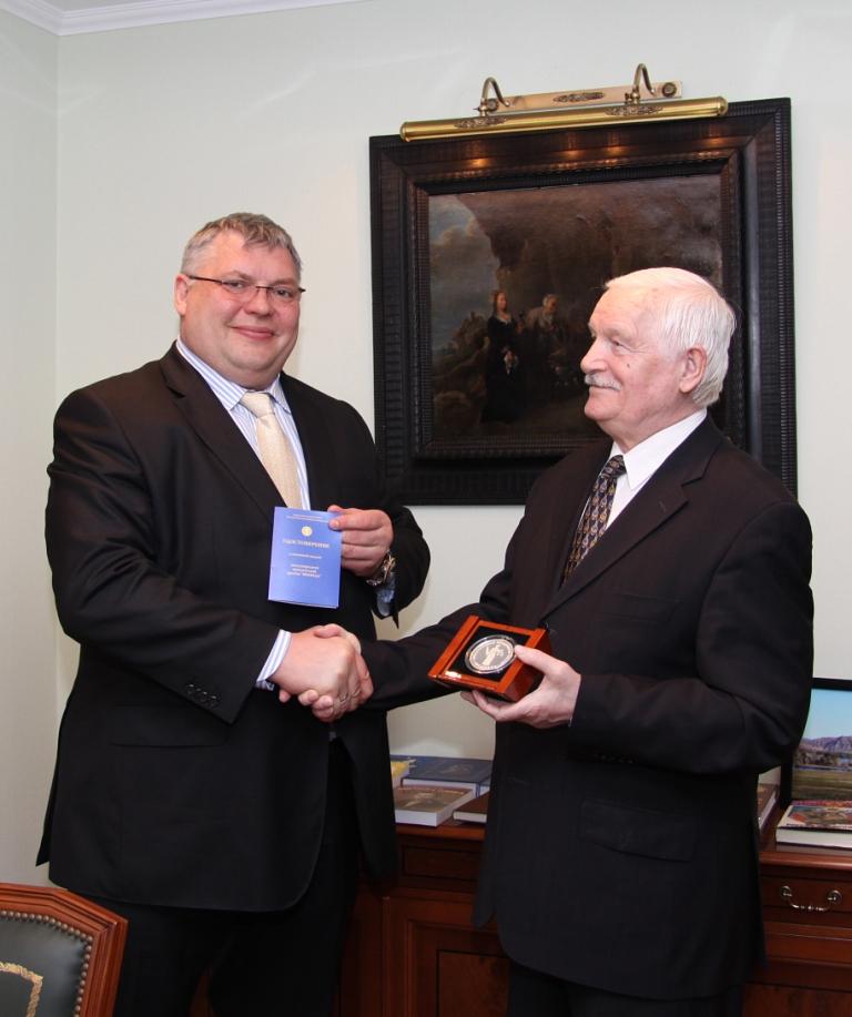 Шестнадцатая церемония вручения премии фемида, соучредителями которой являются московский клуб юристов, ассоциация